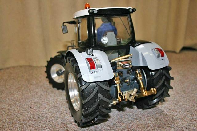 der-umgebaute-rc-bruder-traktor-rueckseite